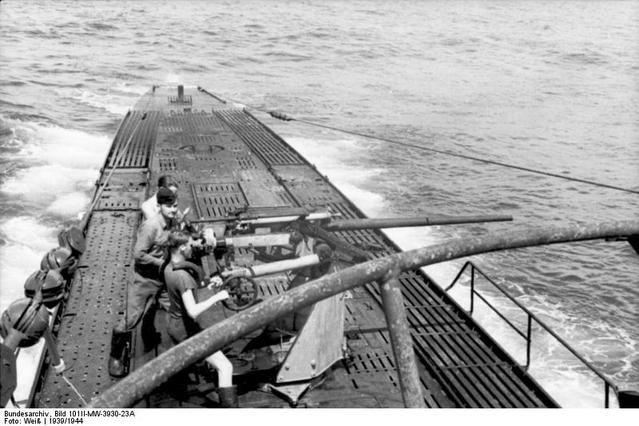 Bundesarchiv_Bild_101II-MW-3930-23A,_U-Boot_U-103_in_See