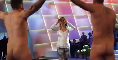 Le Iene fanno la festa a Barbara D'Urso e Ilary Blasi e si presentano nudi in studio
