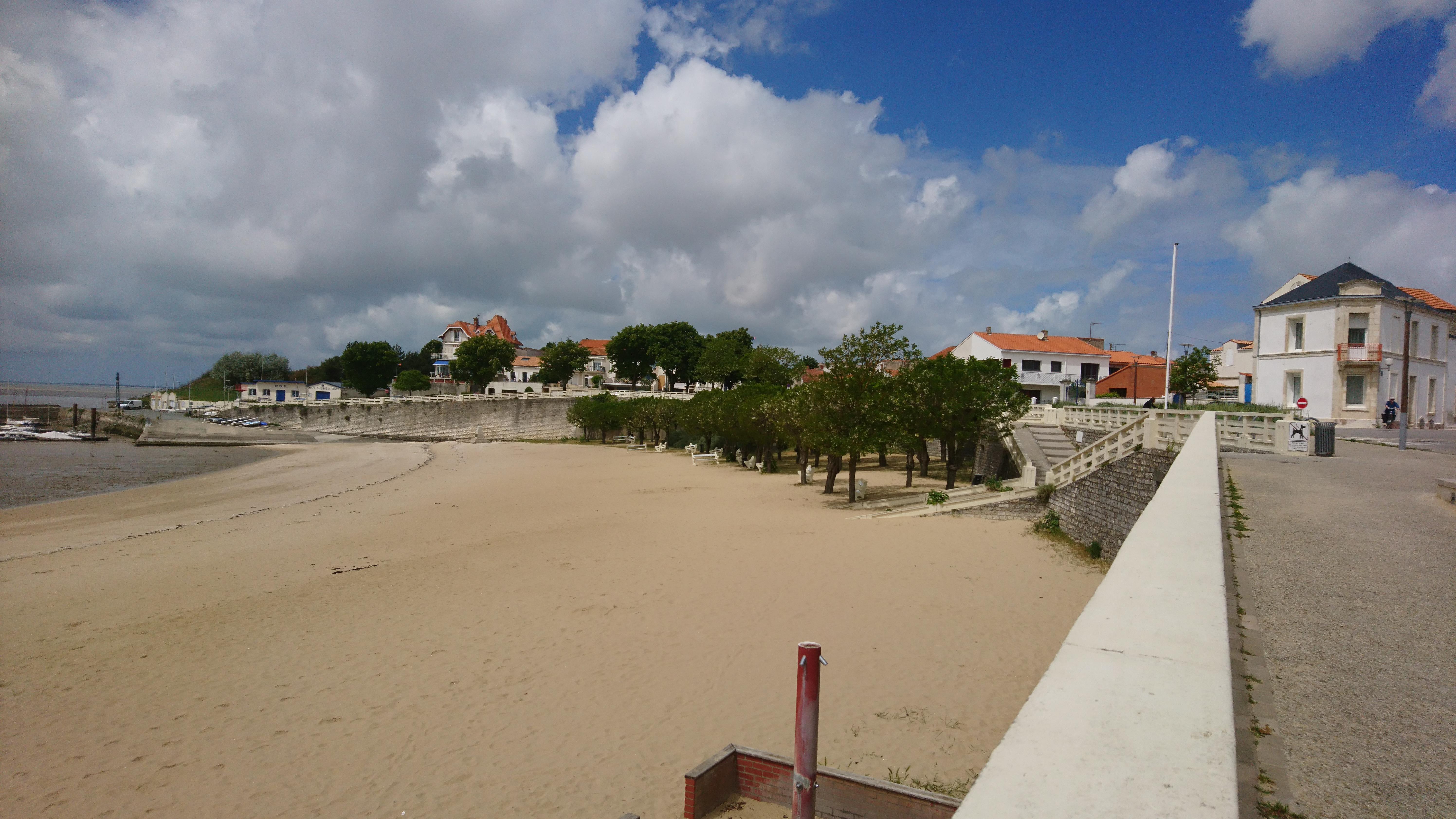 plage de fourras petrite ville agréable