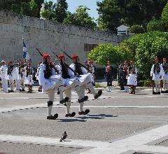 La reléve des evzones  devant<br /> le Parlement.jpg