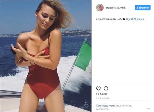 Jessica e la sexy spallina del costume a Capri